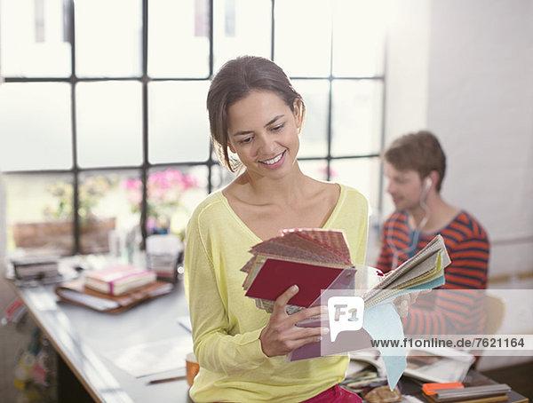 Frau schaut sich Stoffmuster an