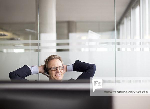 Geschäftsmann im Gespräch am Headset im Büro