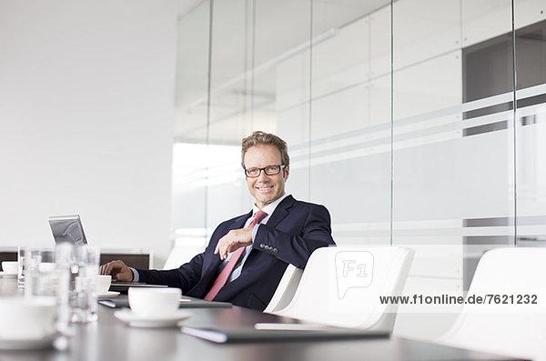 Geschäftsmann am Besprechungstisch sitzend