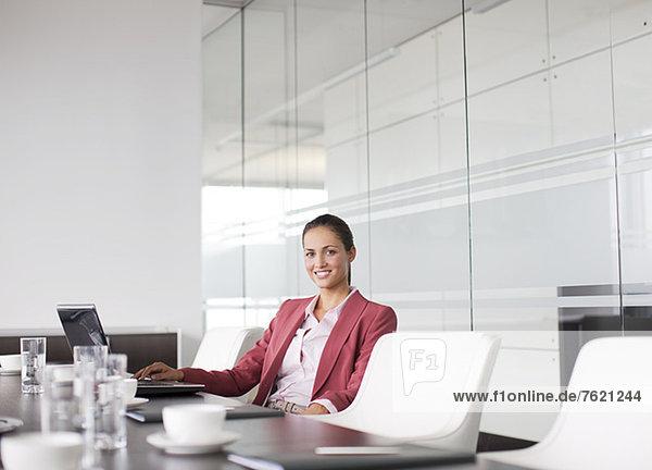 Geschäftsfrau lächelt am Besprechungstisch