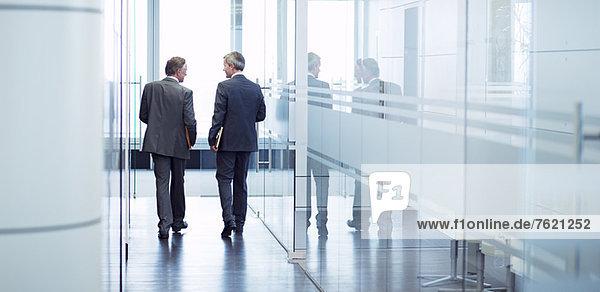 Geschäftsleute im Büroflur im Gespräch