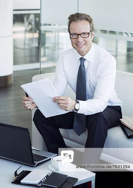 Geschäftsmann  der in der Bürolobby arbeitet