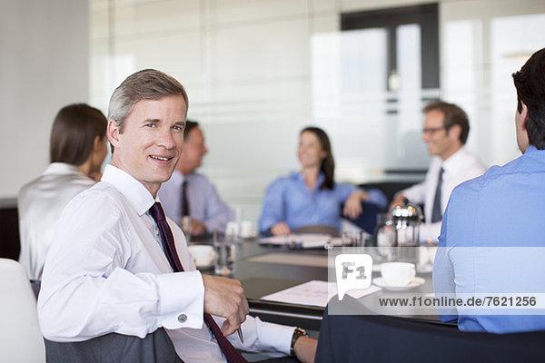 Geschäftsmann lächelnd im Meeting