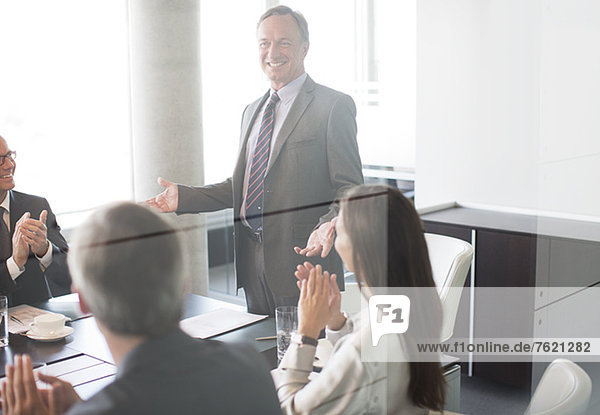 Geschäftsleute applaudieren Kollegen bei der Sitzung