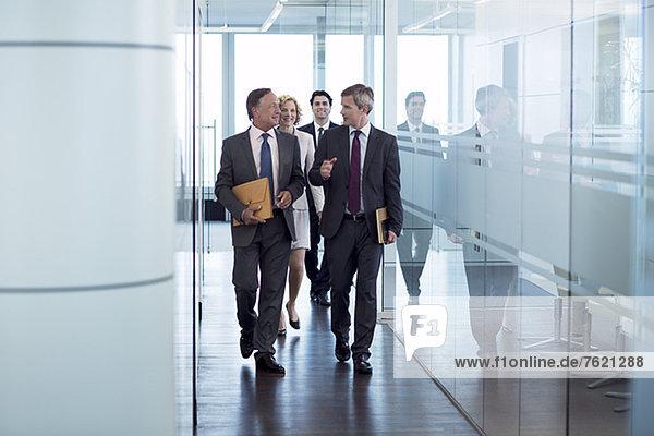 Geschäftsleute  die im Flur spazieren gehen