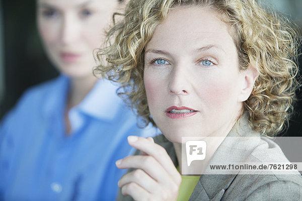 Nahaufnahme des ernsten Gesichts der Geschäftsfrau