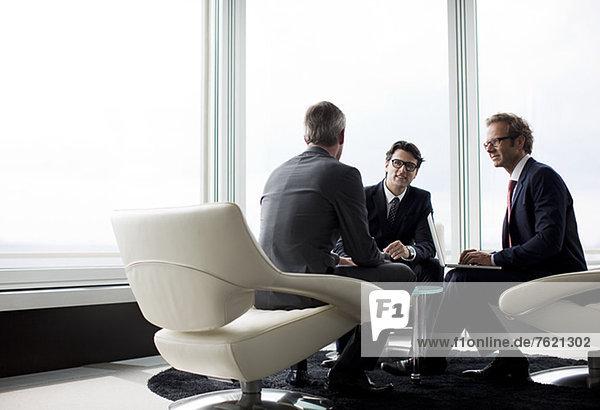 Geschäftsleute im Gespräch in der Bürolobby