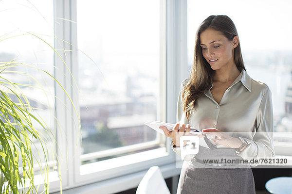 Geschäftsfrau mit Digital Tablet im Büro