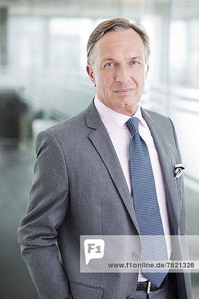 Geschäftsmann im Büroflur stehend