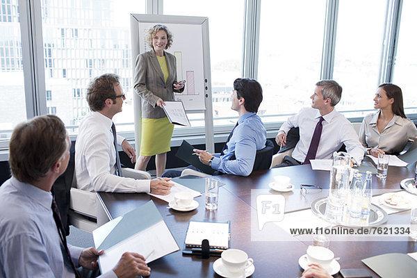 Geschäftsfrau spricht im Meeting