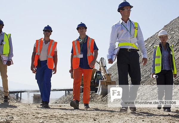 Arbeiter und Geschäftsleute im Steinbruch