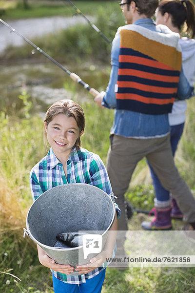 Mädchen  das den Fang zeigt Mädchen, das den Fang zeigt