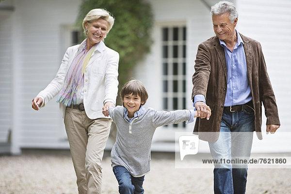 Paar Spaziergänge mit Enkel im Freien