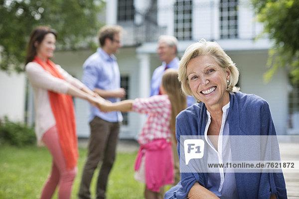 Lächelnde Frau im Freien sitzend Lächelnde Frau im Freien sitzend