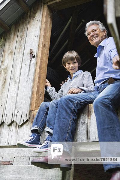 Mann und Enkel sitzen in der Tür. Mann und Enkel sitzen in der Tür.