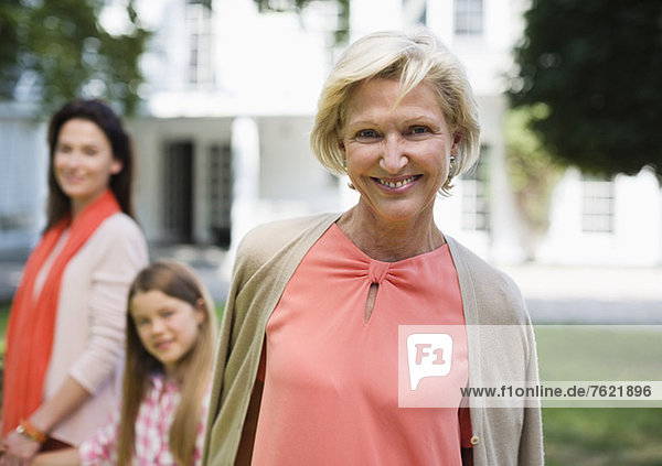Drei Generationen von Frauen  die im Freien spazieren gehen. Drei Generationen von Frauen, die im Freien spazieren gehen.