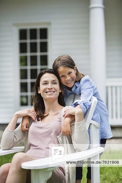 Mutter und Tochter lächeln gemeinsam im Freien Mutter und Tochter lächeln gemeinsam im Freien
