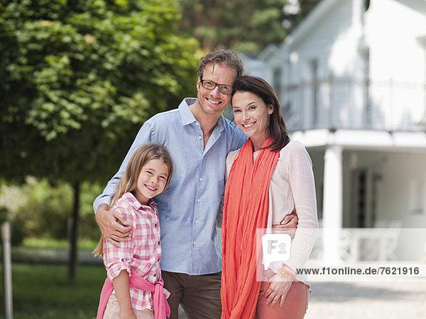 Familie lächelt gemeinsam im Freien Familie lächelt gemeinsam im Freien