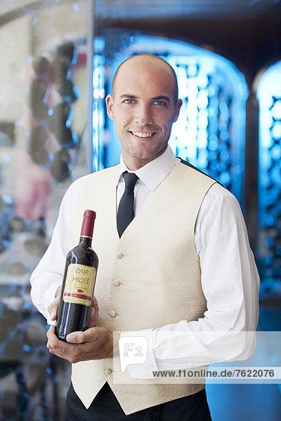 Kellner mit Weinflasche im Restaurant Kellner mit Weinflasche im Restaurant