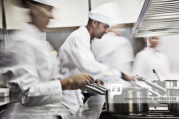 Köche kochen in der Restaurantküche