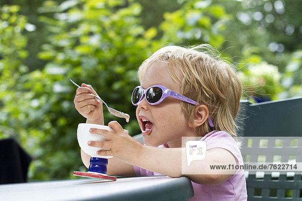 Mädchen isst einen Eisbecher