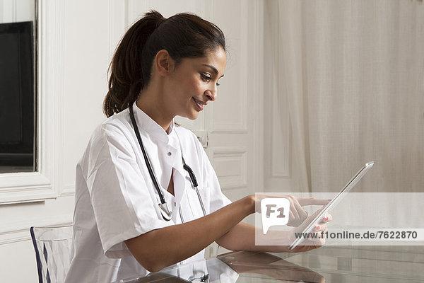 Arzt mit Tablet-Computer im Büro