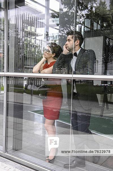 Paar mit Blick aus dem Fenster
