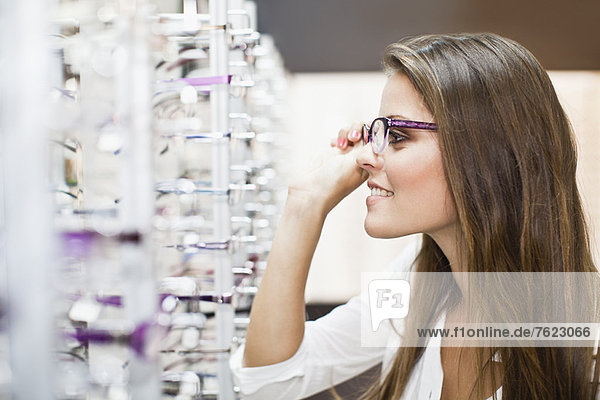 Frau beim Anprobieren der Brille im Laden