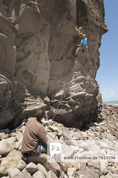 Felskletterer erklimmen gezackte Felswände