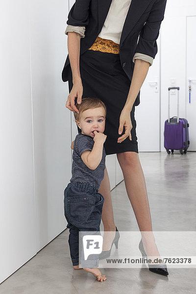 Kleinkind Junge begrüßt Mutter im Flur