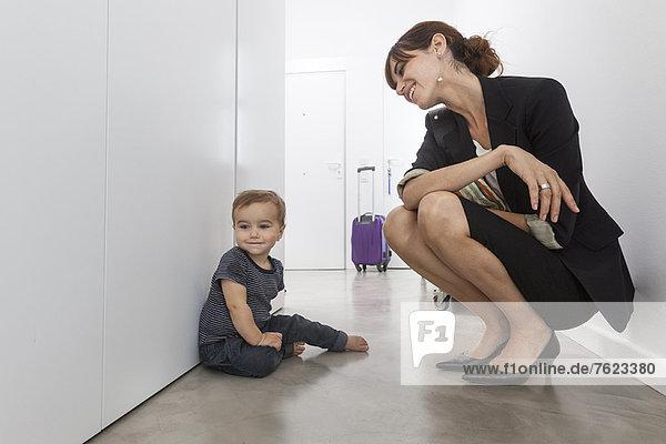 Mutter kehrt von der Geschäftsreise zurück