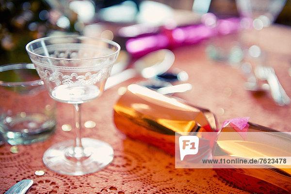 Weihnachtscracker auf dem Tisch