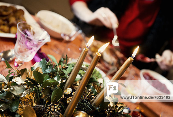 Kerzen brennen im Mittelstück