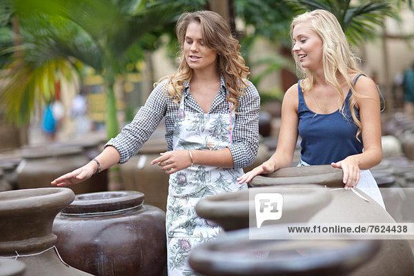 Frau beim Einkaufen für Pflanzgefäße