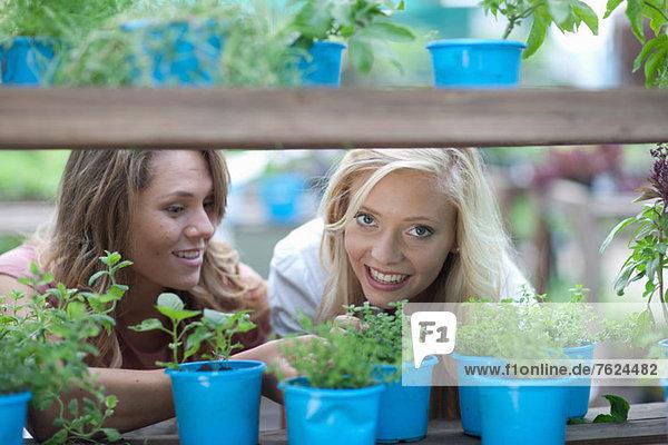 Frau beim Einkaufen von Pflanzen in der Gärtnerei