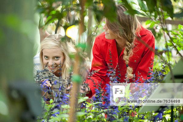 Frauen beim Pflanzenkauf in der Gärtnerei