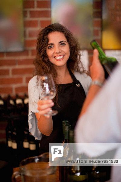 Server mit Glas für die Weinverkostung