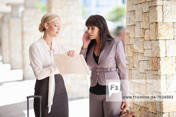 Geschäftsfrauen im Gespräch auf dem Gehweg