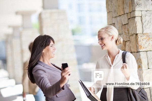 Geschäftsfrauen jubeln auf dem Gehweg