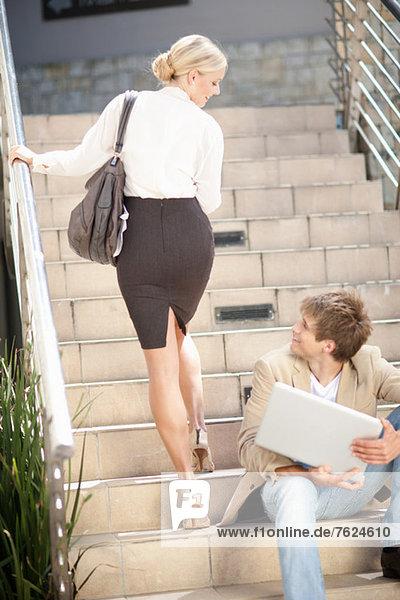 Begrüßung von Geschäftsleuten auf Stufen