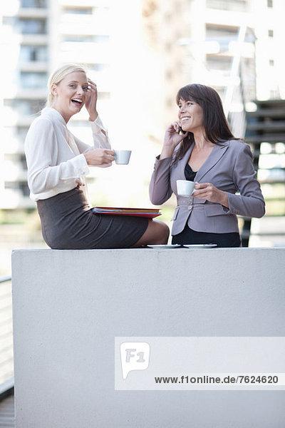 Geschäftsfrauen beim Kaffee auf dem Balkon