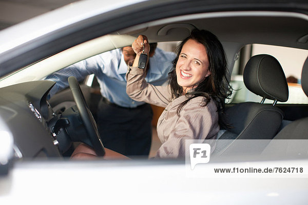 Frau kauft neues Auto vom Verkäufer