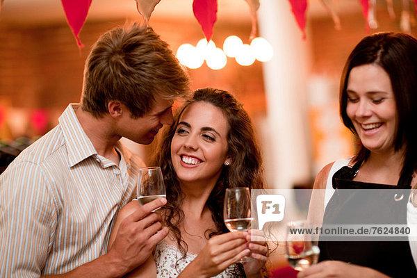 Server und Kunden bei der Weinverkostung