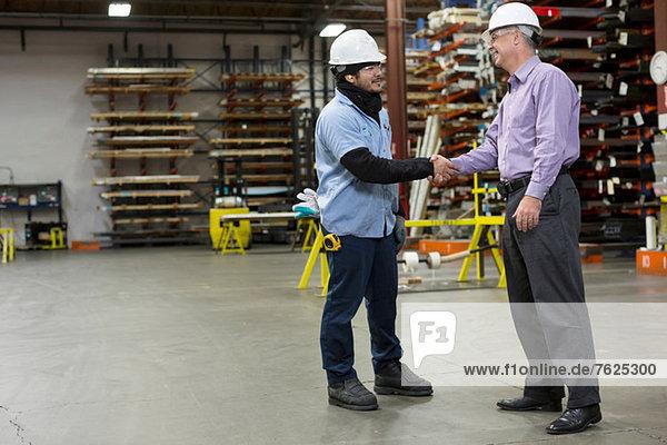 Arbeiter und Kaufmann im Metallwerk