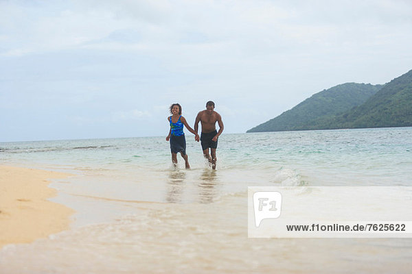 Paar Wanderungen am tropischen Strand
