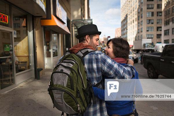 Paar zu Fuß auf der Stadtstraße