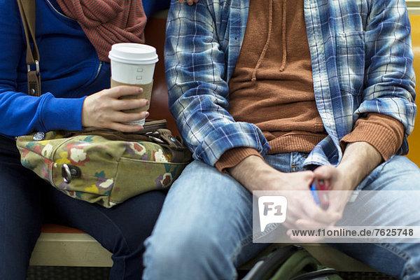 Paar sitzt in der städtischen U-Bahn