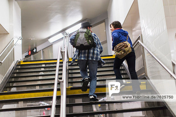 Paar Klettertreppen in der U-Bahn