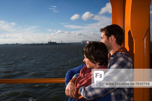 Paarumarmung auf der Fähre im Stadthafen