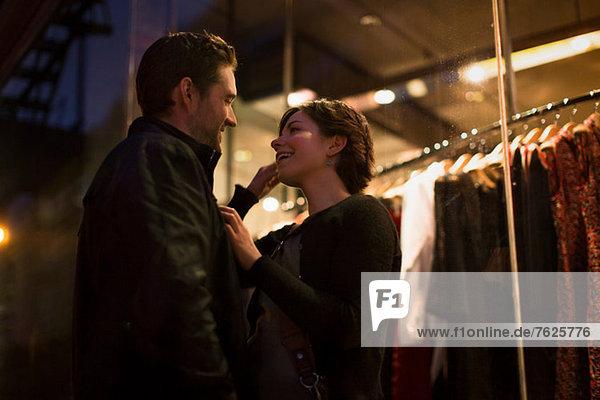 Ein Paar redet nachts auf der Stadtstraße